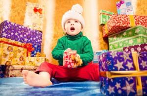 Ilusión de los niños con los regalos.