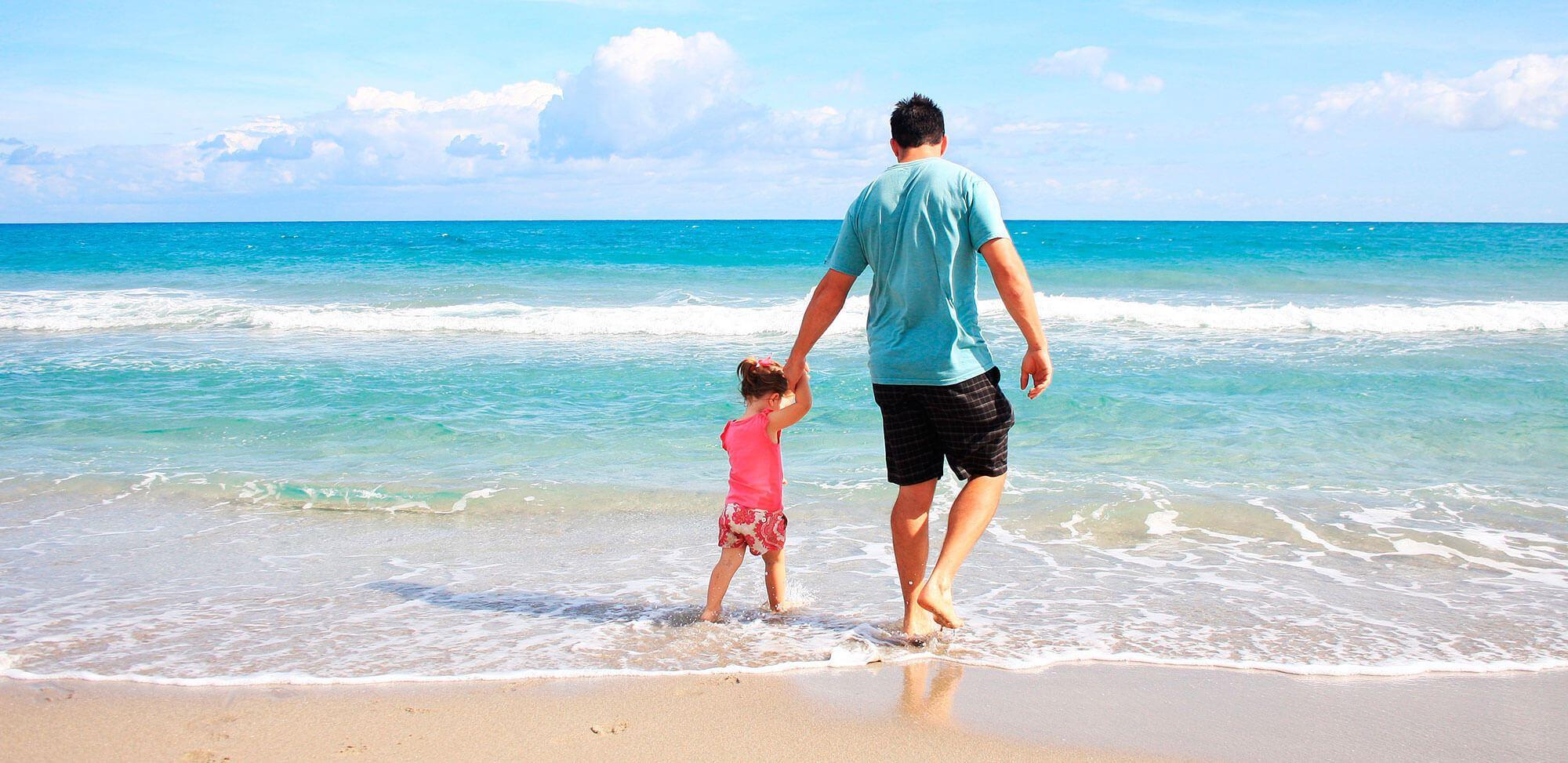 Fotografía padre e hija en la playa